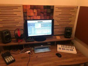 Panneau absorbant acoustique parfait dans un petit studio de maison