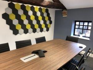 Panneaux acoustiques hexagonaux - dans un bureau 1.