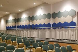 Panneaux acoustiques hexagonaux - dans une salle de conférence