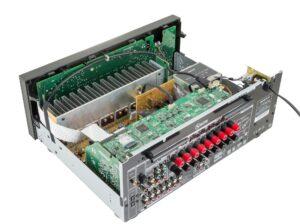 Récepteur Onkyo TX-NR676 à l'intérieur