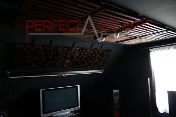 conception acoustique de salle de cinéma avec absorbeurs acoustiques