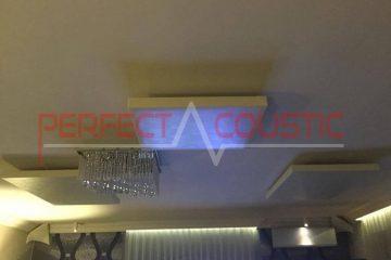 panneau acoustique placé au plafond de la salle de cinéma