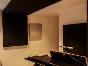 panneau acoustique placé dans la salle de piano (3)