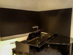 panneau acoustique placé dans la salle de piano (4)