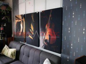 un panneau acoustique imprimé placé sur le mur de la salle de cinéma (2)