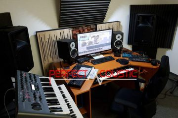 use of wooden acoustic diffusers behind the speakers